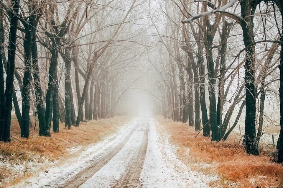 Image d'une petite couche de neige sur un chemin