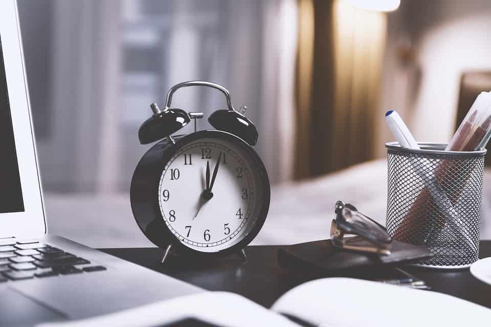 Une horloge sur un bureau