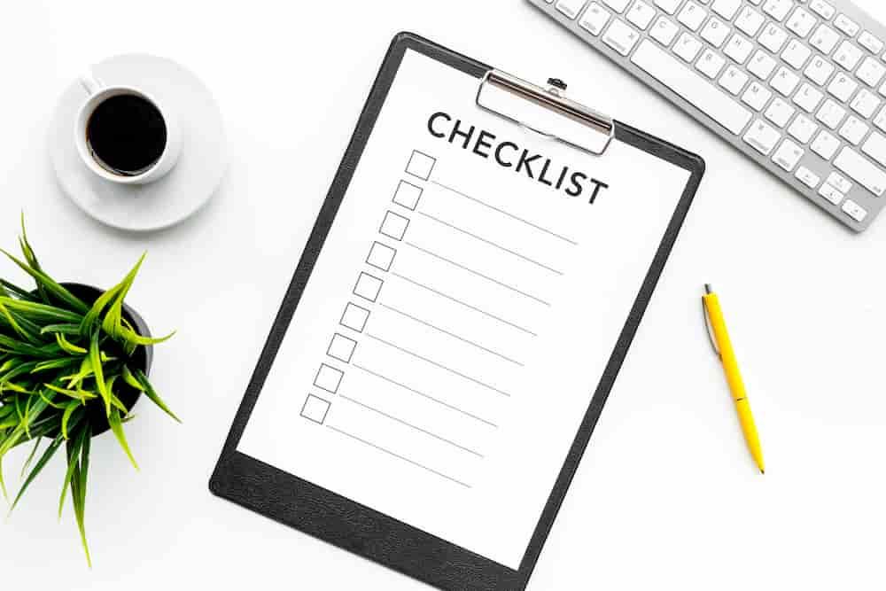 Une check-liste est déposé sur un bureau