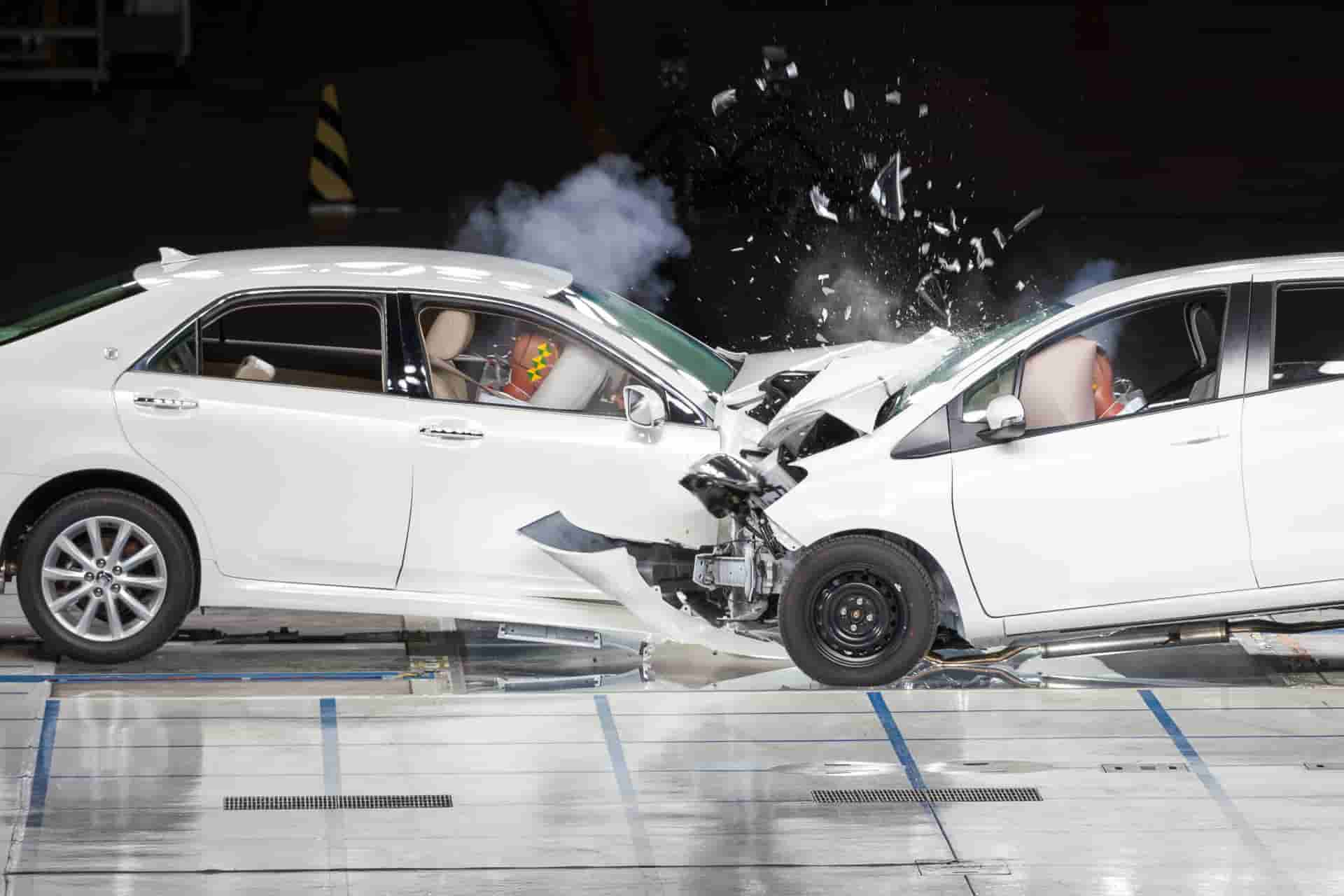 Photo de deux véhicules crash-test en collision frontale