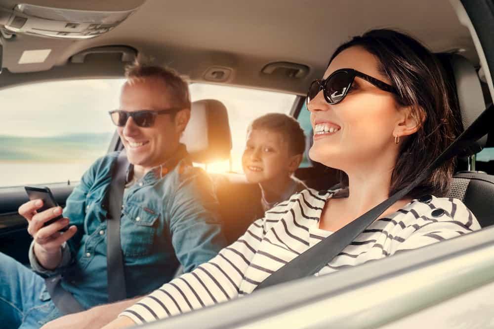 Une famille voyage en voiture avec le sourire