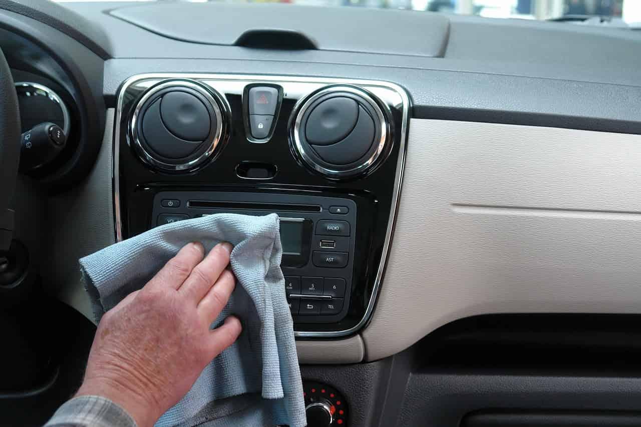 9 conseils pour nettoyer le tableau de bord de sa voiture d'occasion