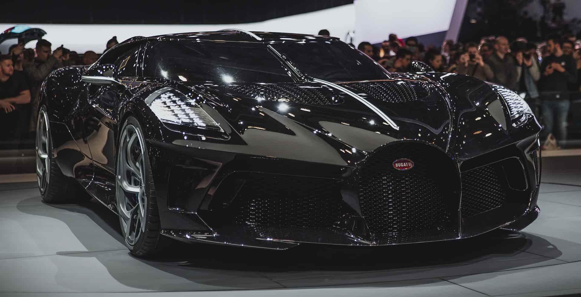 La voiture noire Bugatti lors du salon automobile de Genève 2019